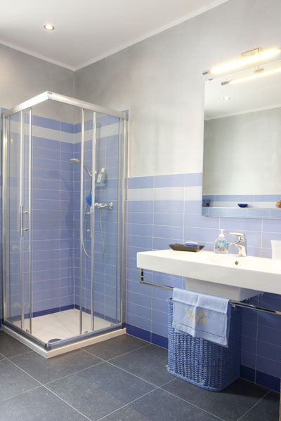Bed breakfast b b ospitando bed and breakfast in - Piastrelle bagno azzurre ...